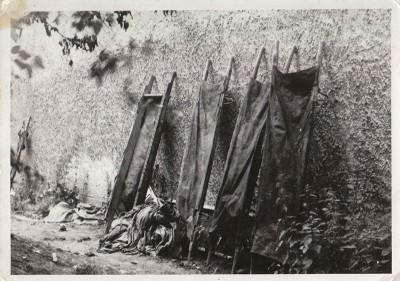 Закривавлені ноші при стіні в подвір'ї Управління НКВД у Станіславівській області.