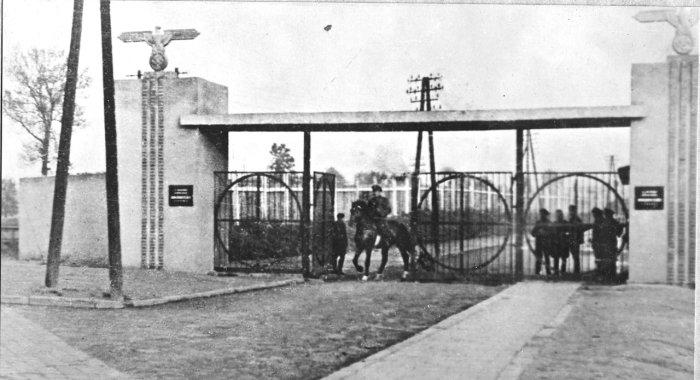 Головна в'їзна брама Янівського концтабору.