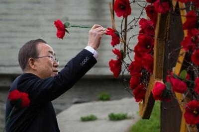 Київ. Генерельний секретар ООН прикрашає маковою квіткою інсталяцію, що повторює контури України
