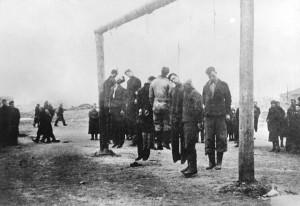 Убиті в'язні табору. Їх тіла висіли тижнями для остраху інших в'язнів